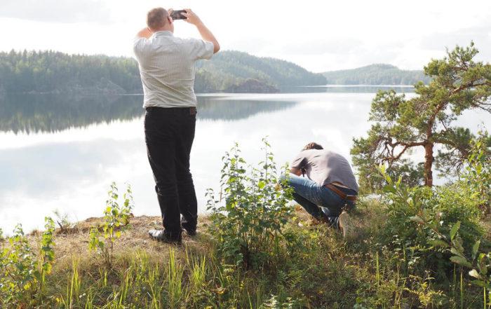 Saksalaistoimittajat Marko Stelzer ja Martin Wispel kuvasivat Puumalan Lietveden maisemia saksalaisiin maatalouslehtiin. Kuvaaja: Riitta Mustonen